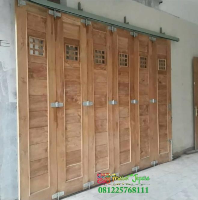 Contoh pintu garasi kayu menggunakan rel dan engsel wina