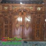 Pintu gebyok ukir jati untuk penyekat rumah kayu jawa